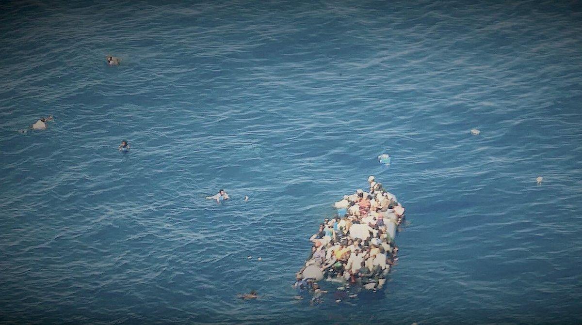 Naufragio de una patera frente a las costas de Libia en mayo, en una fotografía facilitada por Sea Watch.