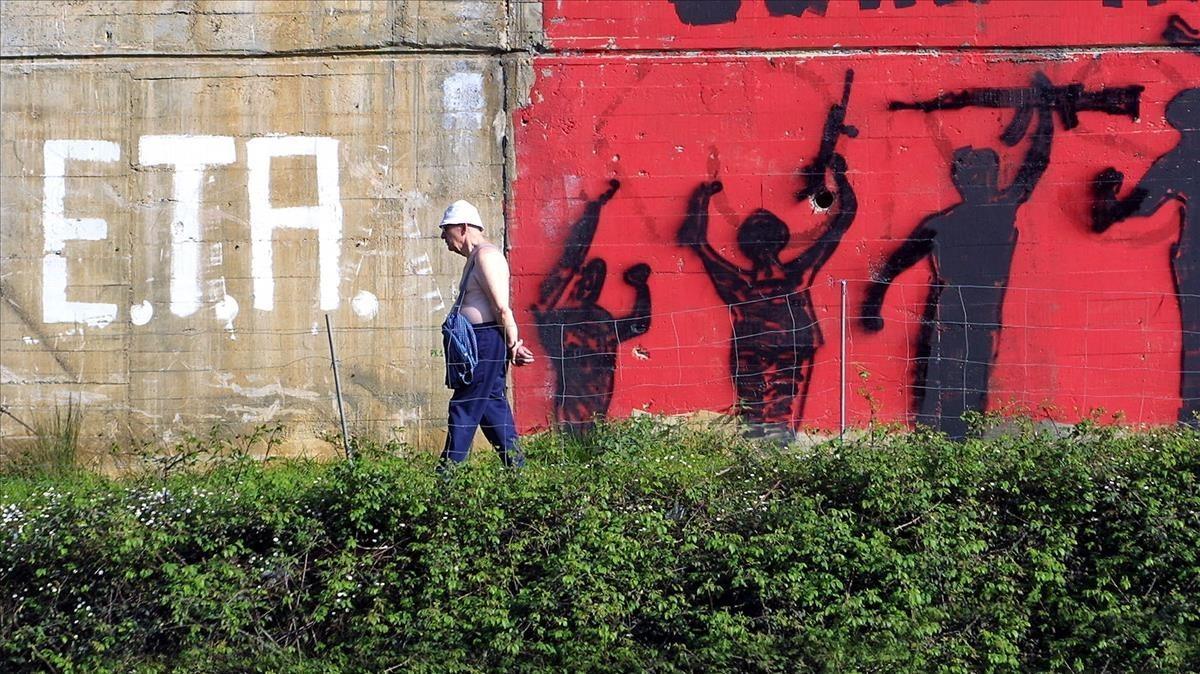 Un hombre pasea por delante de un mural a favor de ETA en Elgoibar (2002).