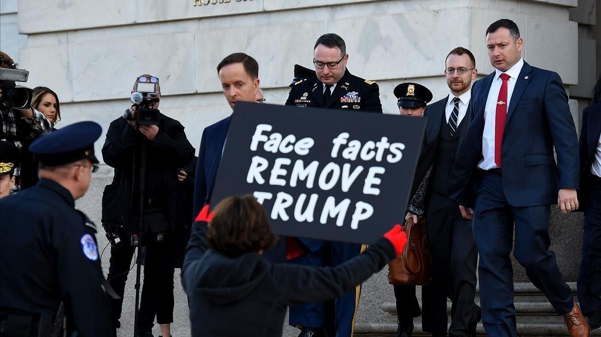 Una mujer protesta contra Trump a las puerta del Congreso a la salida del asesor de seguridad nacional Alexander Vindman, el pasado 19 de noviembre.