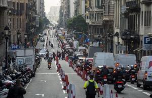 Via Laietana, con un caril bici por el centro de la calzada, este viernes.