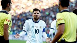 Messi, asombrado, pide explicaciones al árbitro paraguayo Mario Díaz de Vivar tras ser expulsado ante Chile en la semifinal.