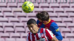 Piqué se anticipa a Luis Suarez de cabeza