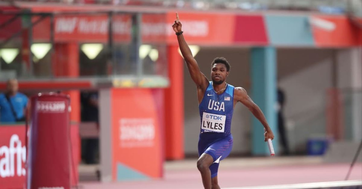 El americano Lyles celebra una victoria en los relevos 4x200m.