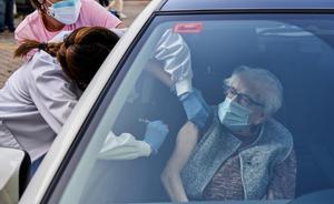 Euskadi empieza a vacunar a las personas centenarias sin salir de su coche.