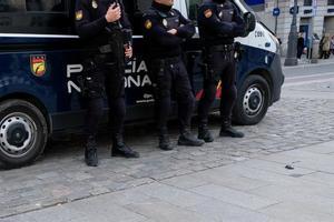 Tres agentes de Policía Nacional en la Plaza del Sol de Madrid.