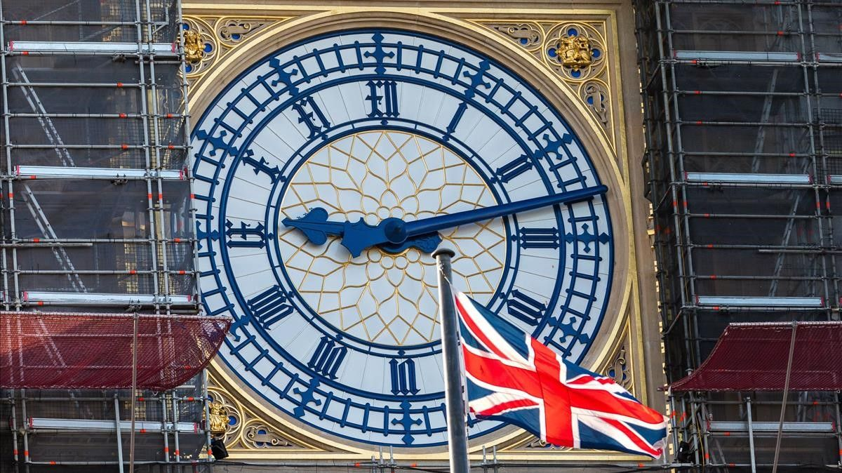 -FOTODELDIA- Londres (Reino Unido)  05 12 2020 - La bandera britanica ondea cerca del Big Ben en Westminster  Londres (Reino Unido) este sabado  Los negociadores britanicos y de la UE han pausado las negociaciones sobre el brexit  EFE VICKIE FLORES
