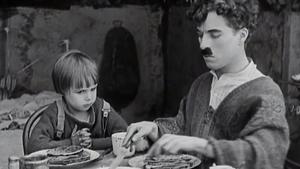 Charles Chaplin y el niño Jackie Coogan en un fotograma de 'El chico'.