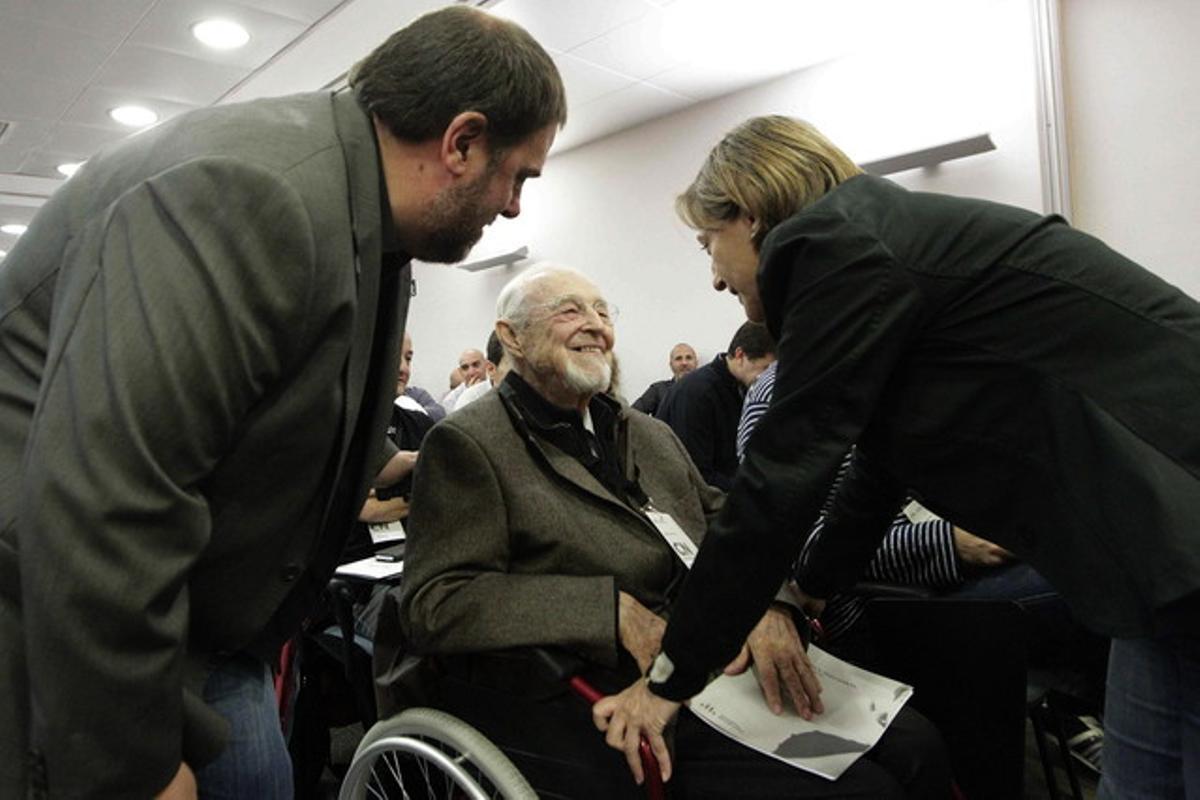 Oriol Junqueras y Carme Forcadell hablan con el expresidente de ERC Jordi Carbonell, este sábado durante el consell nacional del partido.