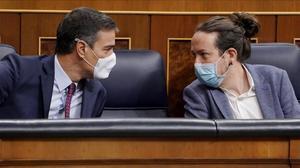 Pedro Sánchez y el vicepresidente segundo, Pablo Iglesias, durante el debate de la moción de censura de Vox contra el Gobierno, el pasado 22 de octubre en el Congreso.