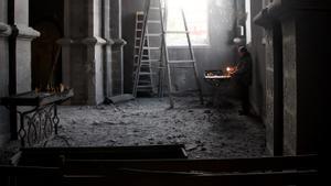 Una iglesia destrozada por un bombardeo en el Alto Karabaj.