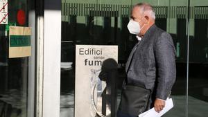 L Hospitalet de Llobregat 26 10 2020 Politica  Declaracion de Andreu Viloca  extesorero de CDC  En la foto Andreu  con la mascarilla blanca  entrado con su abogado  en la Ciutat de la Justicia de l Hospitalet  FOTO de RICARD CUGAT