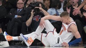 Porzingis se toca la rodilla en el suelo después de lesionarse en el Madison