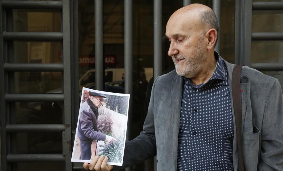 Manuel Haro sostiene una fotografía de su padre, Eufrasio.