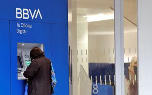 Una persona realiza una gestión en el cajero de un banco, una de las excepciones establecidas en el Real Decreto que declara el estado de alarma en España por el COVID-19.