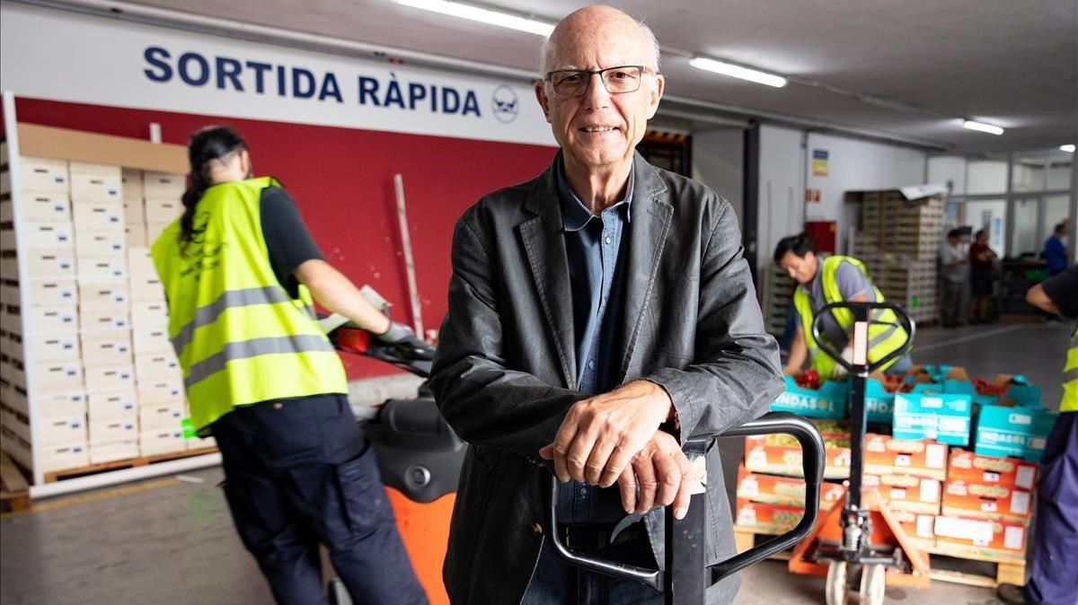 Lluís Fatjó-Vilas,director de elBanc dels Aliments, en las instalaciones de la entidad de las que a diario llegan y parten alimentos.
