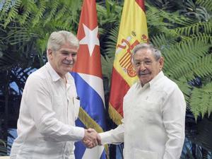 Dastis se entrevista con Raúl Castro para ultimar una visita de los reyes a Cuba