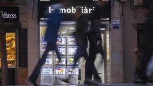 Agencia de alquiler y compraventa de inmuebles en la calle de Creu Coberta de Barcelona.