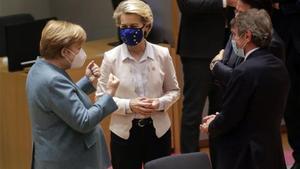 Ursula Von der Leyen y Angela Merkel con otros dirigente europeos durante una cumbre sobre el covid-19