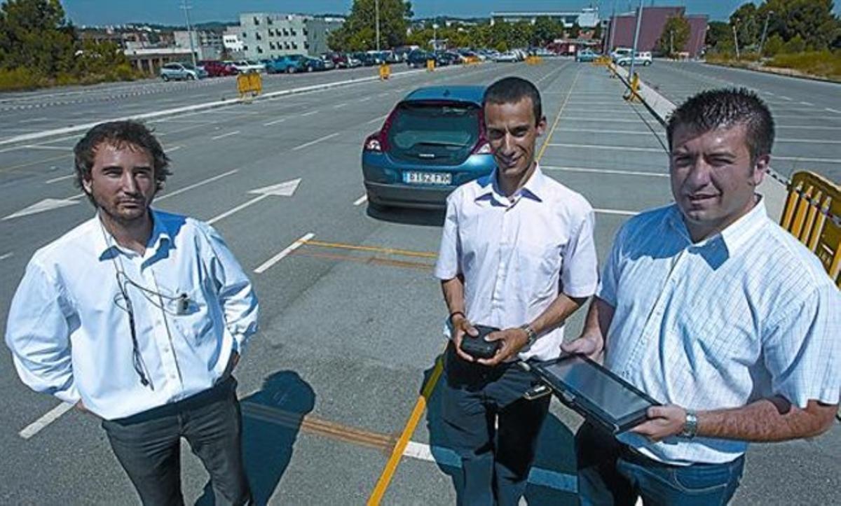 Mischa Dohler (del CTTC); Ignasi Vilajosana (World Sensign), con el sensor que se entierra, y José López Vicario (UAB), con el navegador, ayer.