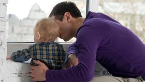 Un padre cuida de su hijo.