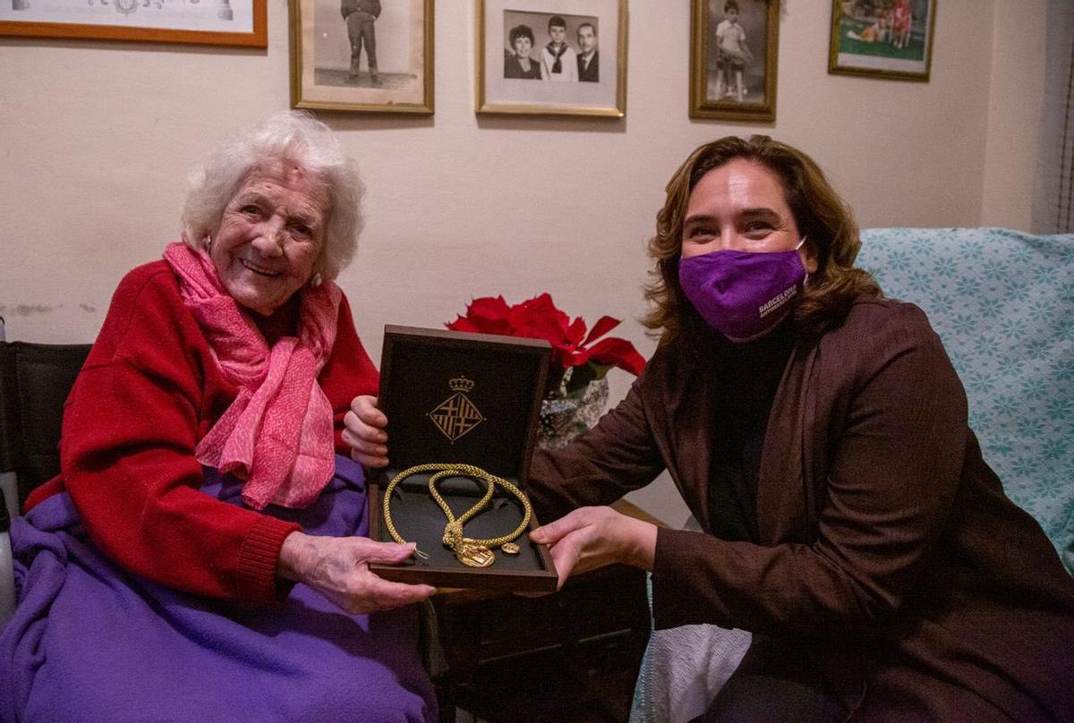 Ada Colau entrega a Encarna Hernández la Medalla de Oro al Mérito Deportivo de la ciudad.
