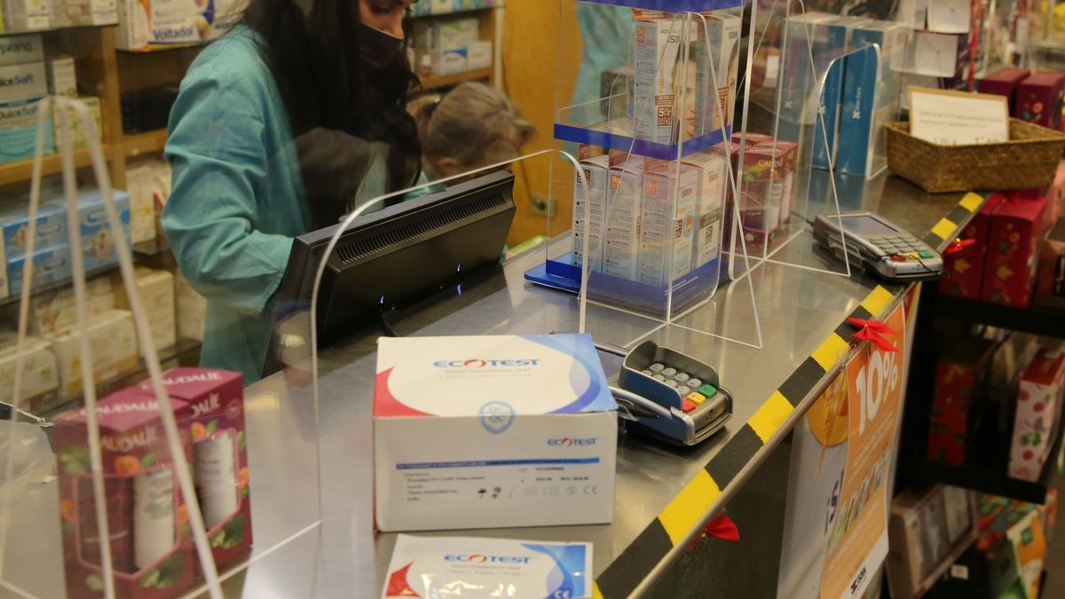 Test rápido o test en la sangre, serológico o de antígenos para detectar el covid, de venta en farmacias.