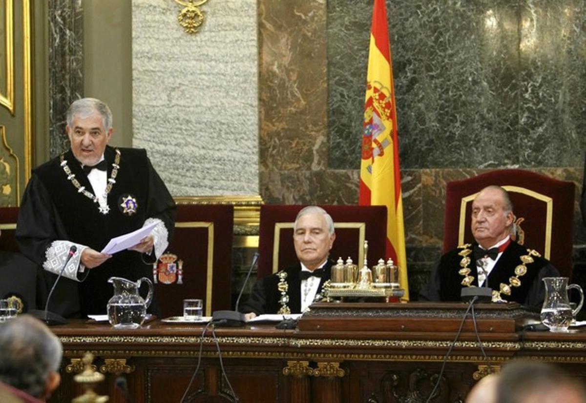 El rey Juan Carlos, junto al presidente del CGPJ, Carlos Dívar, atiende la intervención del fiscal general del Estado, Cándido Conde-Pumpido, durante el acto de apertura de los tribunales.