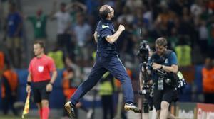 Martin O'Neill celebra efusivamente el triunfo ante Italia que le dio el pase a octavos a Irlanda.