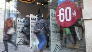 El comerç de proximitat trampeja millor un inici de rebaixes de poques vendes