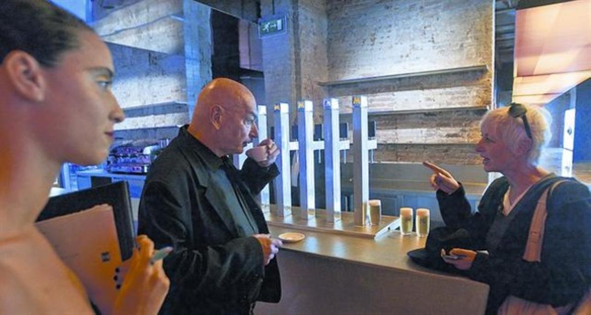 Nouvel, se toma un café antes de presentar la nueva Fábrica Moritz, ayer.