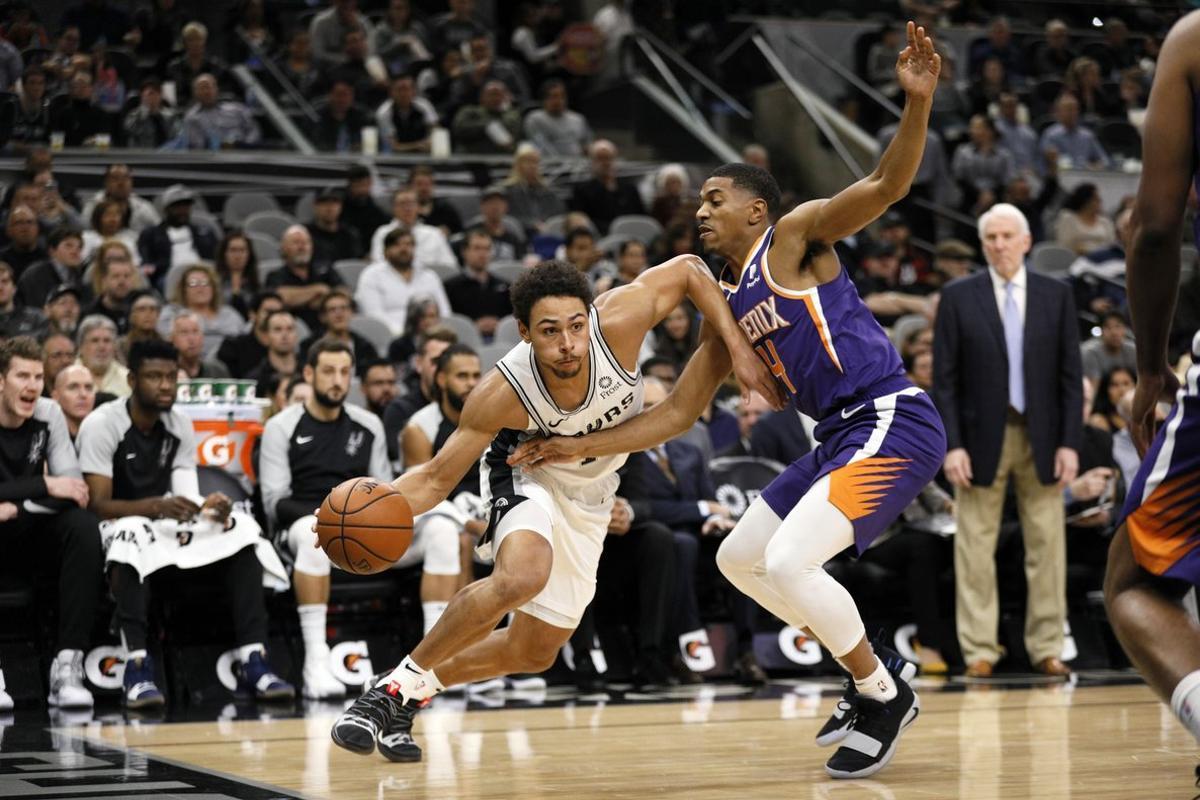 Bryn Forbes hizo doble-doble de 24 puntos y 11 rebotes.