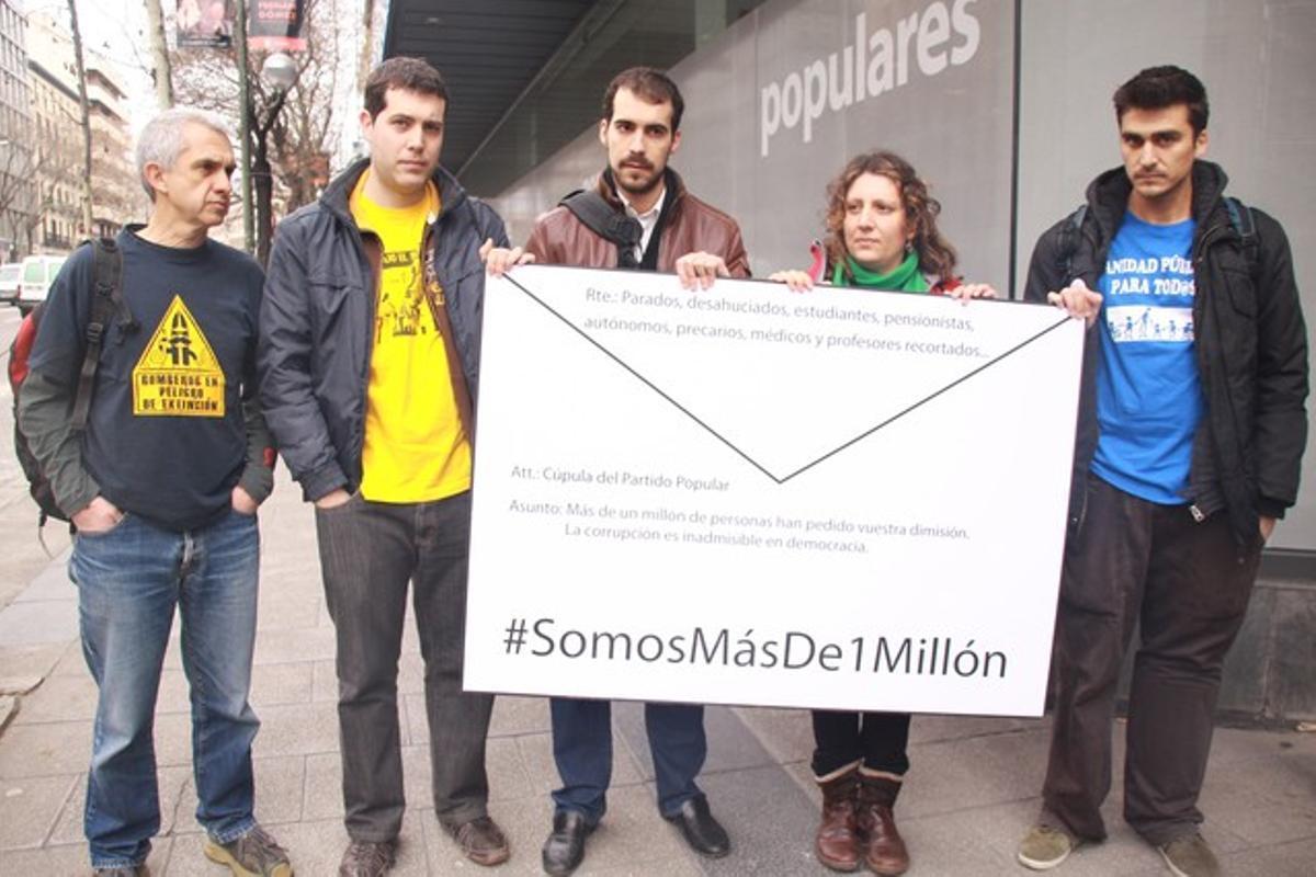 Pablo Gallego, junto con un médico, una profesora, un bombero y un estudiante entregando las firmas a la sede del PP