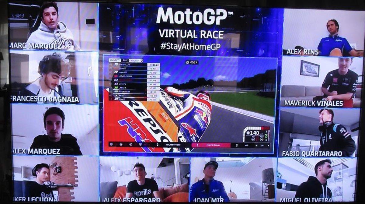 Àlex Márquez cruzando la meta con su Repsol Honda, rodeado de todos sus compañeros de Play.