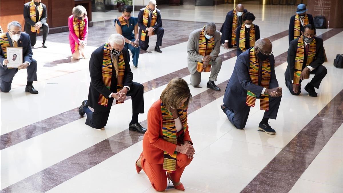 Congresistas demócratas se arrodillan 8 minutos y 46 segundos en homenaje a George Floyd antes de presentar legislación para reformar la policía en EEUU.