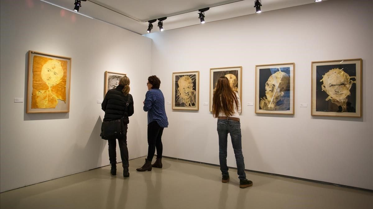 Una pared con retratos realizados por Miquel Barceló con lejía, en la muestra dedicada a Miquel Barceló en la Fundació Palau.