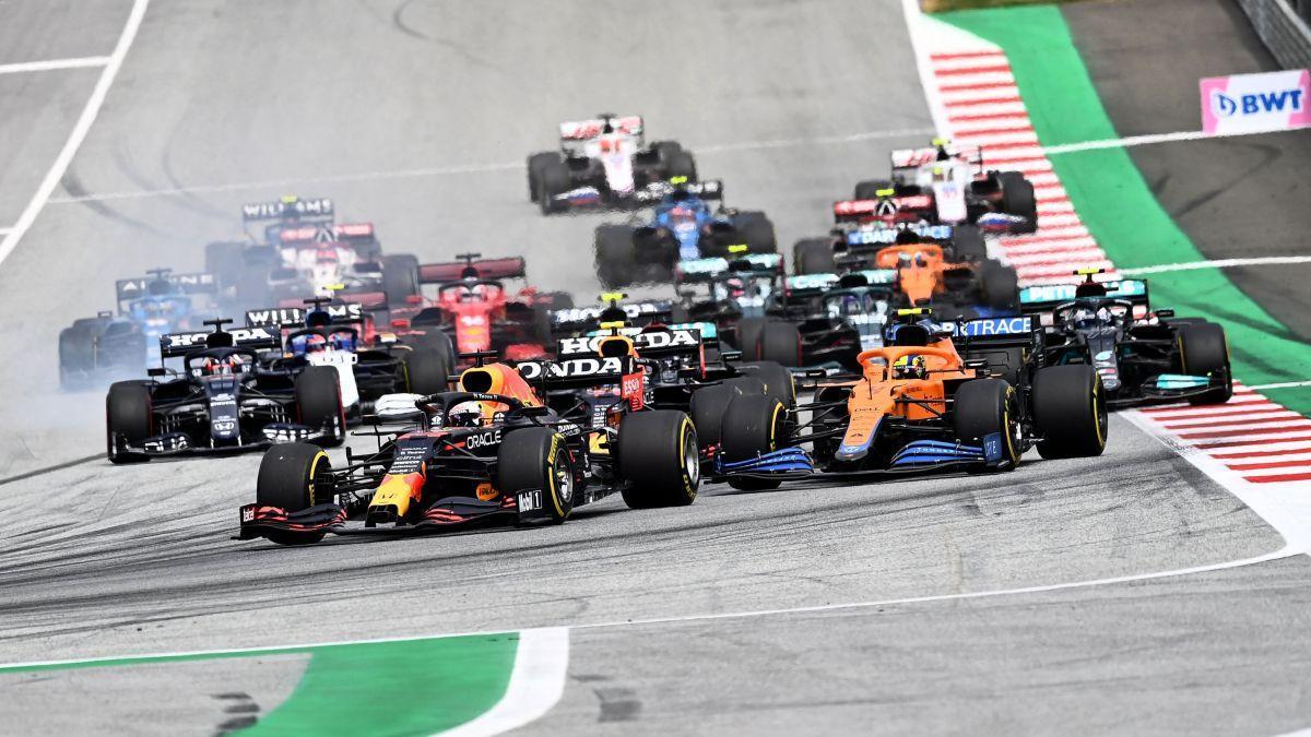 Verstappen lidera al grupo en la salida del GP de Austria.