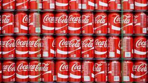 Latas de Coca-cola dispuestas para ser distribuidas.
