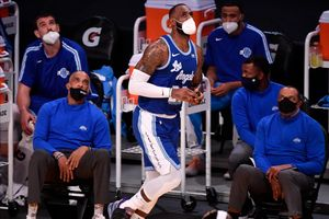Lebron James , luciendo una mascarilla en el banquillo, durante el partido entre los Spurs y los Lakers