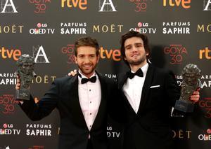 Pablo Alborán y Lucas Vidal, con sus Goya de 2016 a la mejor canción original y mejor música original, respectivamente.