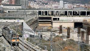 Las obras de la estación de la Sagrera, recientemente retomadas tras un parón de años, el pasado 26 de marzo, con algunos trabajadores.