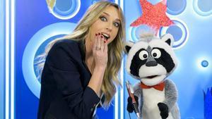 Anna Simon y el mapache Nacho, que retransmitirán la llegada de los Reyes Magos a Barcelona.