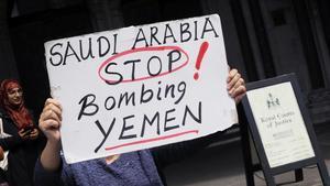 Un manifestante protesta frente al Tribunal de Apelación en Londres contra la venta de armas a Arabia Saudí.