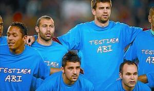 Alves, Adriano, Mascherano, Villa, Piqué e Iniesta, con la camiseta de apoyo a Abidal, el sábado.