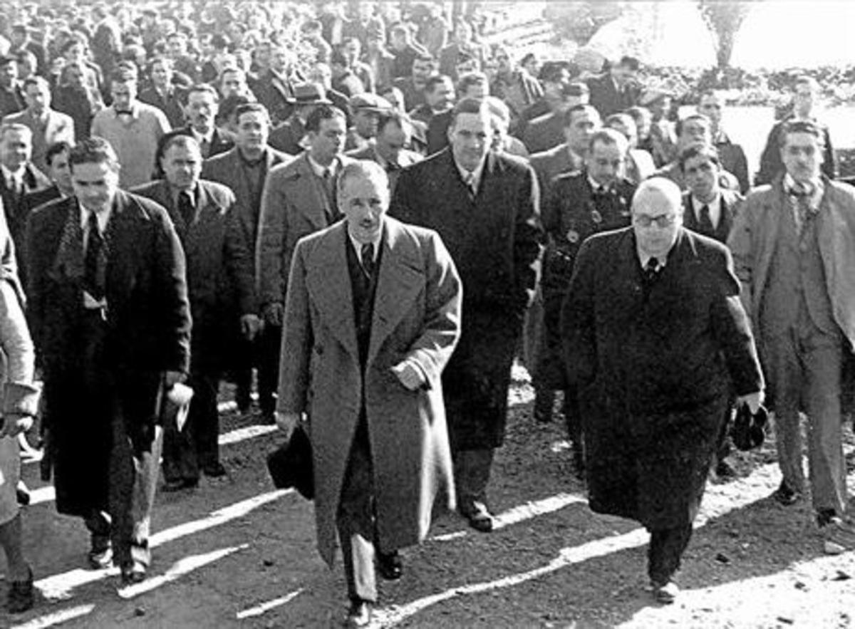 REPUBLICANOS. Lluís Companys, Josep Tarradellas e Indalecio Prieto (segundo por la derecha), durante una visita a la tumba de Francesc Macià.