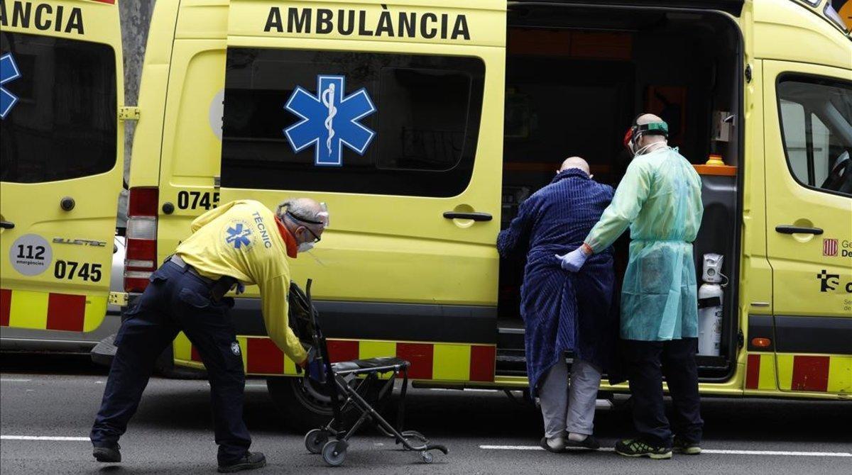 El Servei d'Emergències Mèdiques traslada al hospital a un paciente con síntomas de coronavirus.