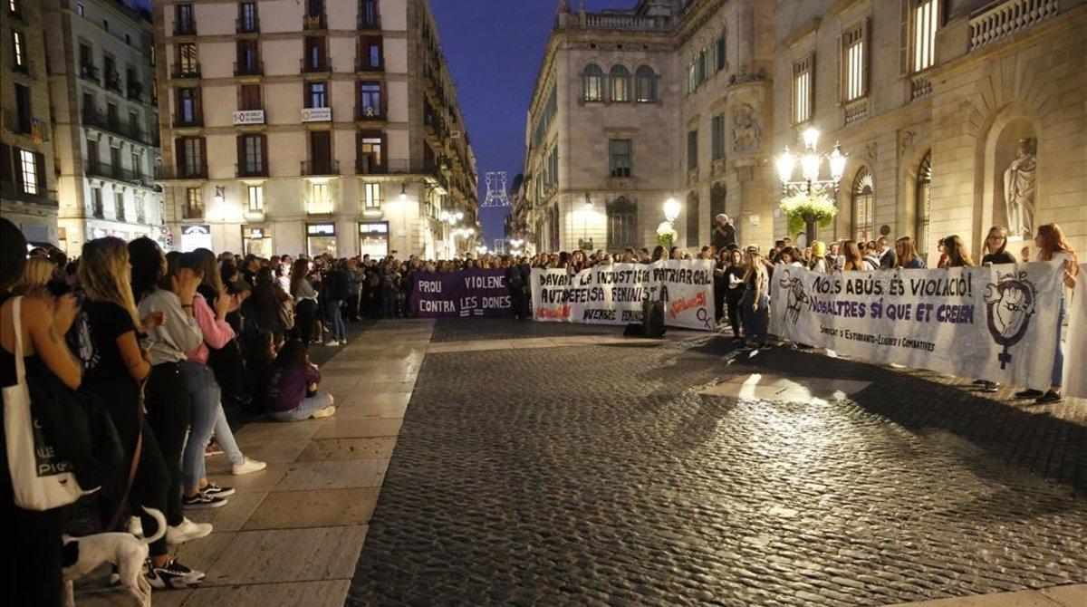 Concentración contra la sentencia a la 'Manada de Manresa' en la plaza de Sant Jaume.
