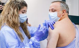 Vacunación de personal sanitario en Sant Pau.