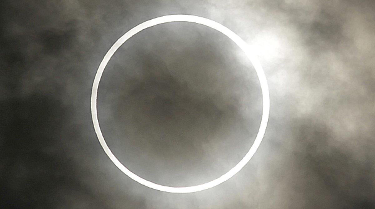 Cientos de personas presencian en Tokio un eclipse anular solar.