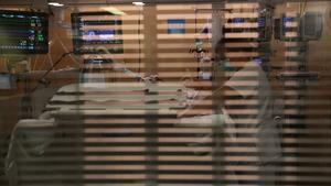 Una enfermera, en una uci de Vall d'Hebron, el pasado julio.