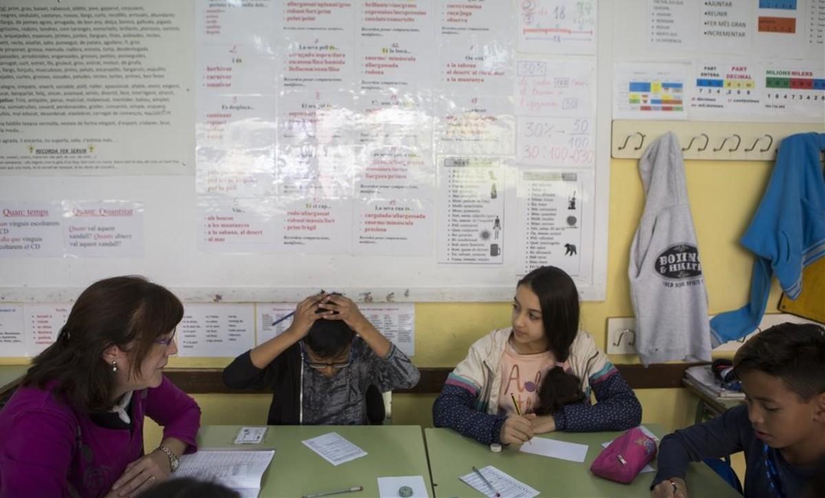 Alumnos de sexto curso en el colegio público Joaquim Ruyra de L'Hospitalet de Llobregat, el pasado noviembre.